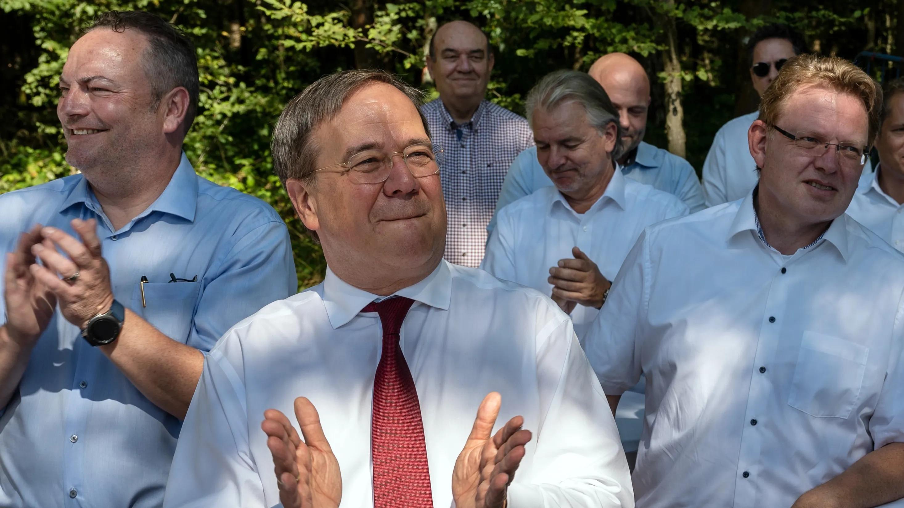 Laschet und viele Männer: Spott für Wahlkampffoto aus NRW