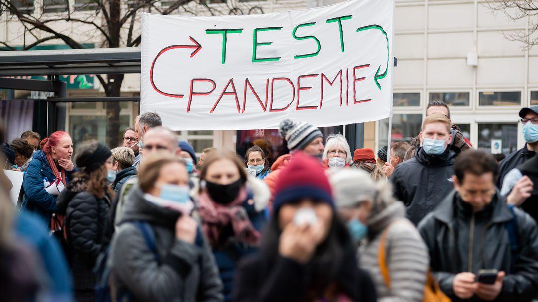 69-Festnahmen-bei-Demo-gegen-Corona-Lockdown-in-Berlin-Polizisten-angegriffen