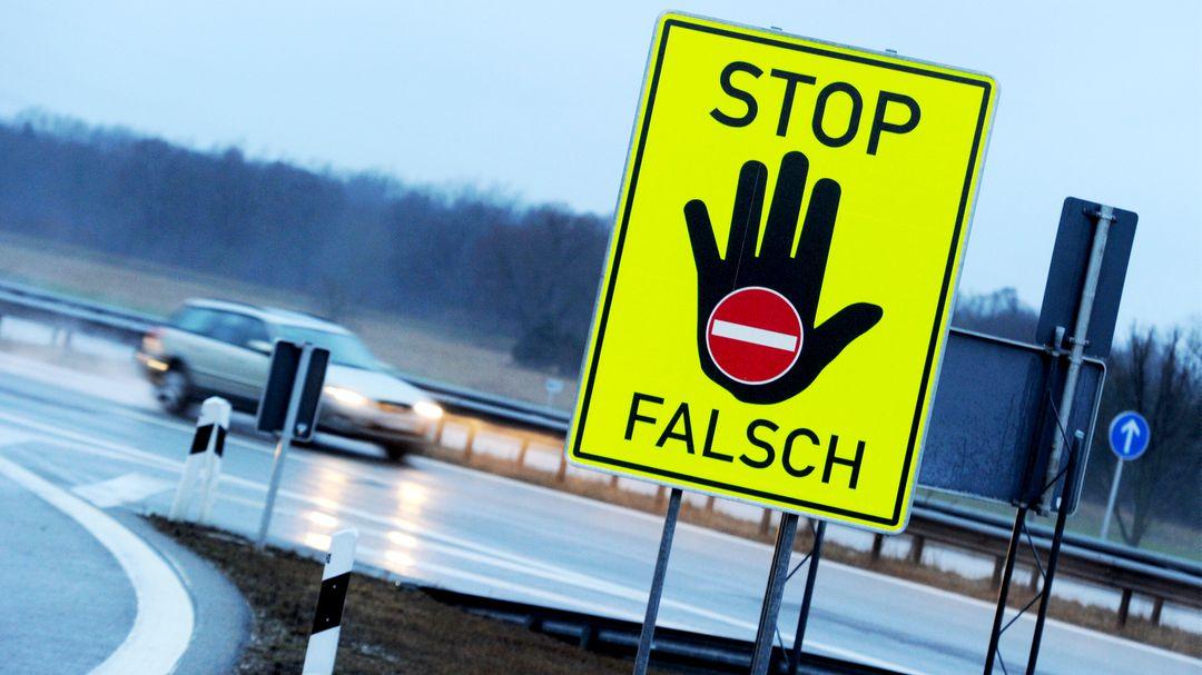 Betrunkene-Geisterfahrerin-versteckt-sich-nach-Unfall-auf-der-Autobahn